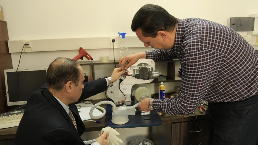 مهندسان من الجامعة الإسلامية يصممان جهاز تنفسي صناعي (فيديو)