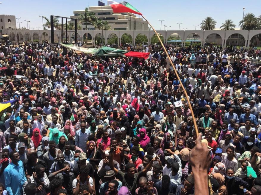 قوات الأمن السوداني تفشل بفض اعتصام أمام مقر الجيش بالخرطوم