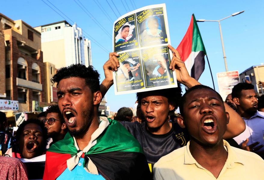 """المئات يتظاهرون بالخرطوم للمطالبة بتنفيذ مطالب الثورة وحل """"حزب البشير"""""""