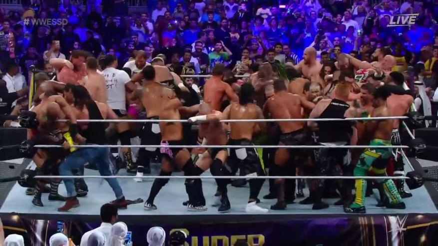 """سعودي يهزم 50 مصارعا ويفوز في أكبر نزال بتاريخ """"WWE"""""""