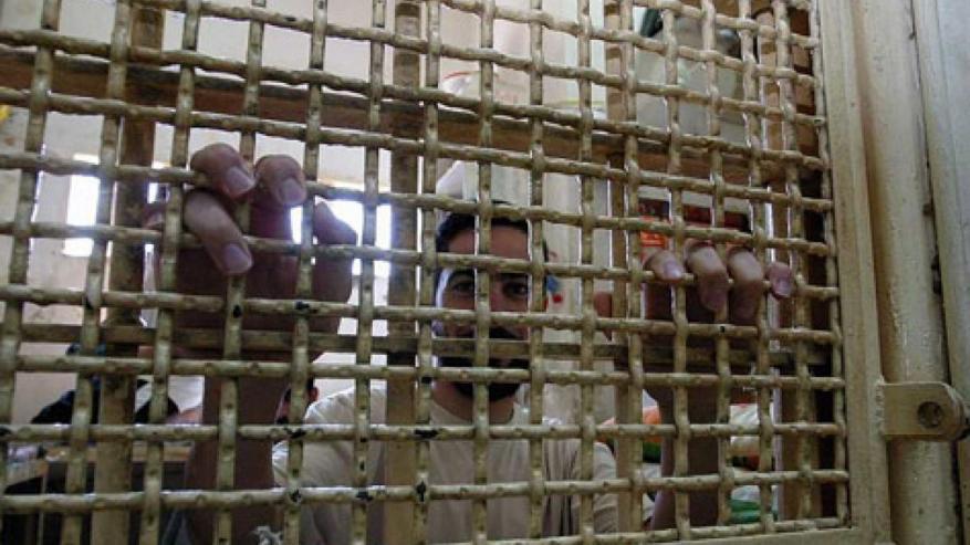"""أسير فلسطيني يفقد الحركة جراء إبرة من """"طبيب"""" إسرائيلي"""
