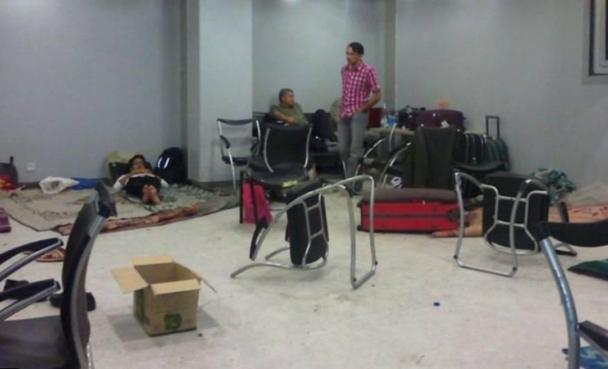 أزمة العالقين بمطار القاهرة .. وفد حماس تدخل وسفارة السلطة لم تفعل شيئاً
