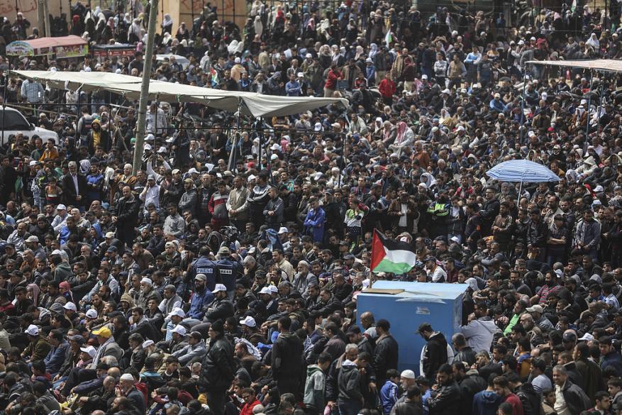"""الاحتلال يعترف: حشود ضخمة شاركت بمسيرة العودة ودموع عباس """"دموع تماسيح"""""""