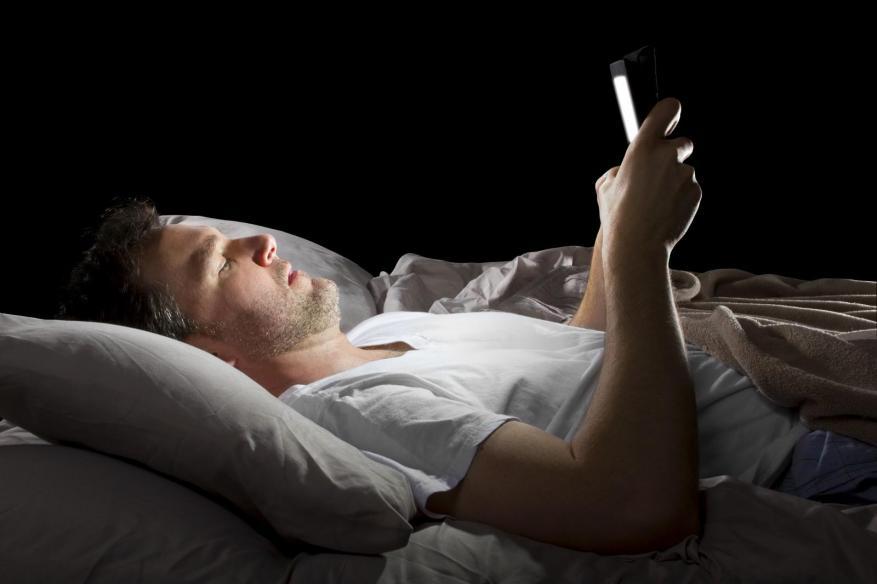 أسباب تجعل من النوم إلى جانب الهاتف الجوال غير ضار بالصحة