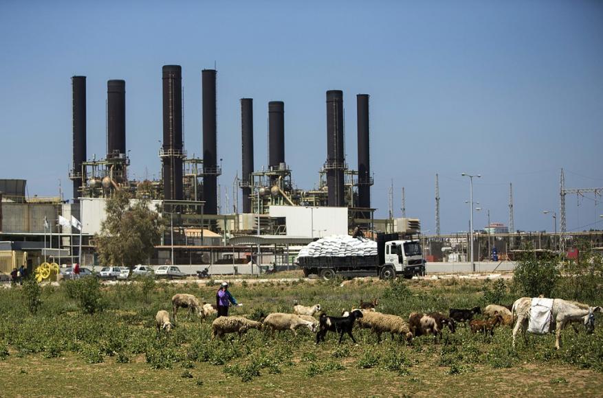 أزمة الكهرباء تشّل الحياة الصحية والبيئية في غزة