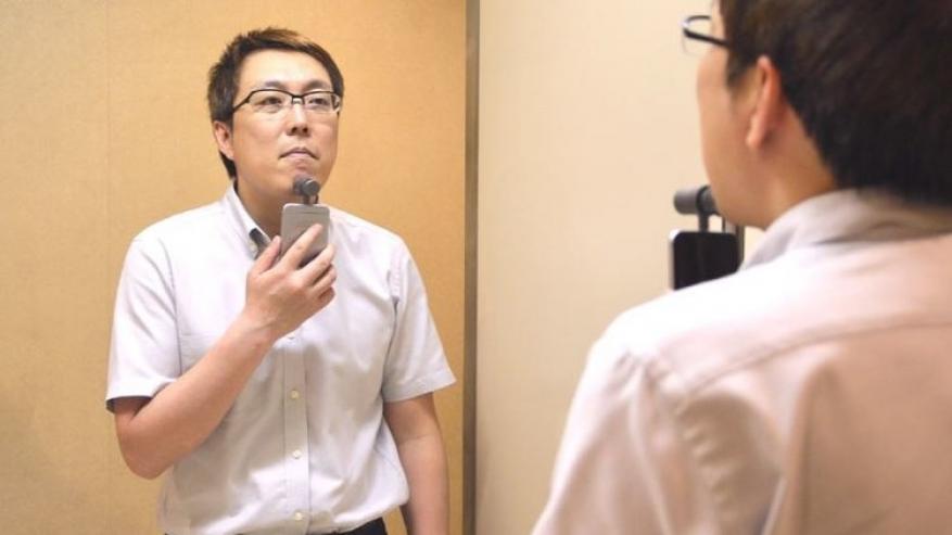 """في اليابان.. حلاقة الذقن بـ """"أي فون"""""""