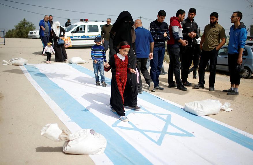 """توافد الآلاف إلى حدود قطاع غزة للمشاركة في فعاليات """"جمعة العلم"""""""
