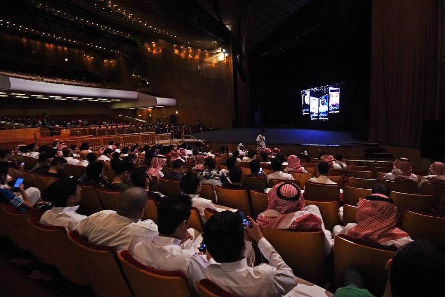 السعودية تفتتح أول دار سينما بعد أسبوعين