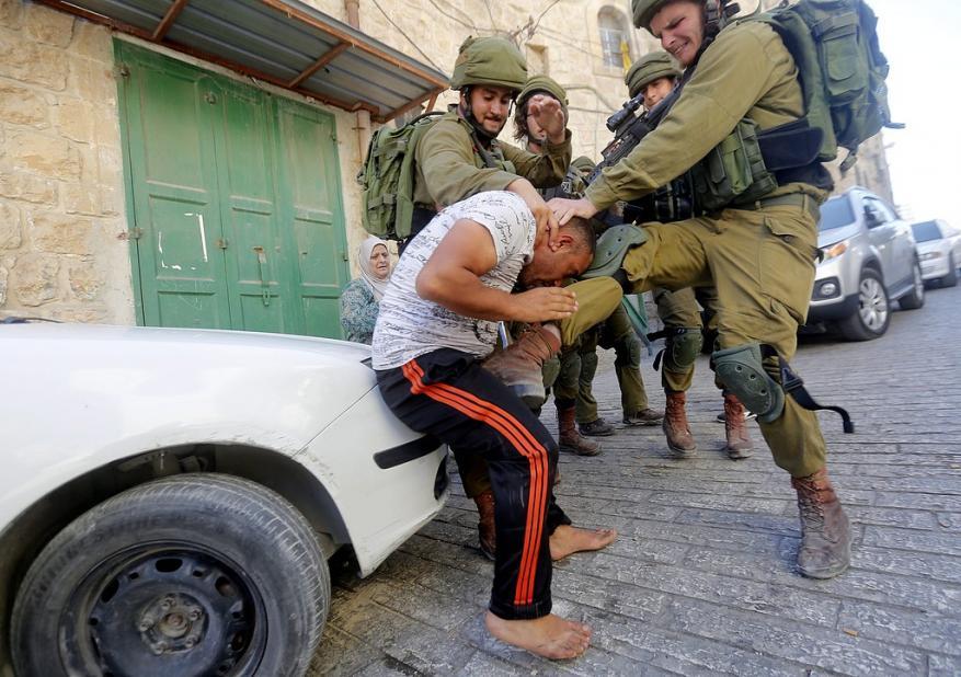 قوات الاحتلال تسرق نحو 100 الف دولار من منزل فلسطيني
