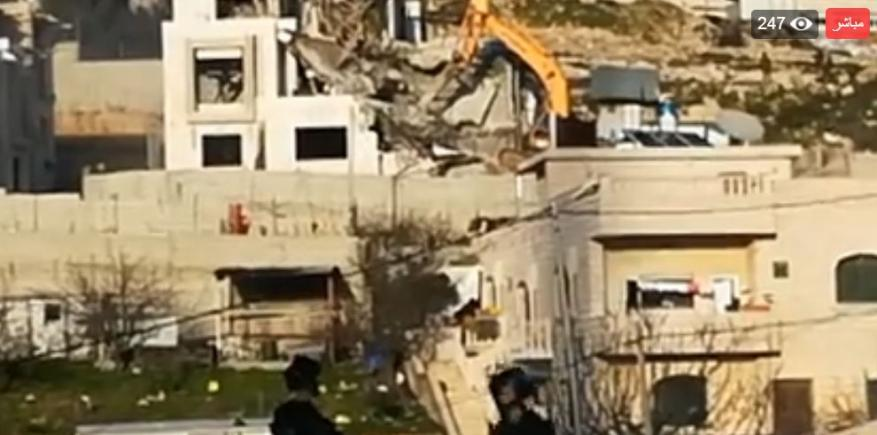 الاحتلال يشرع بهدم منزلين في الخليل