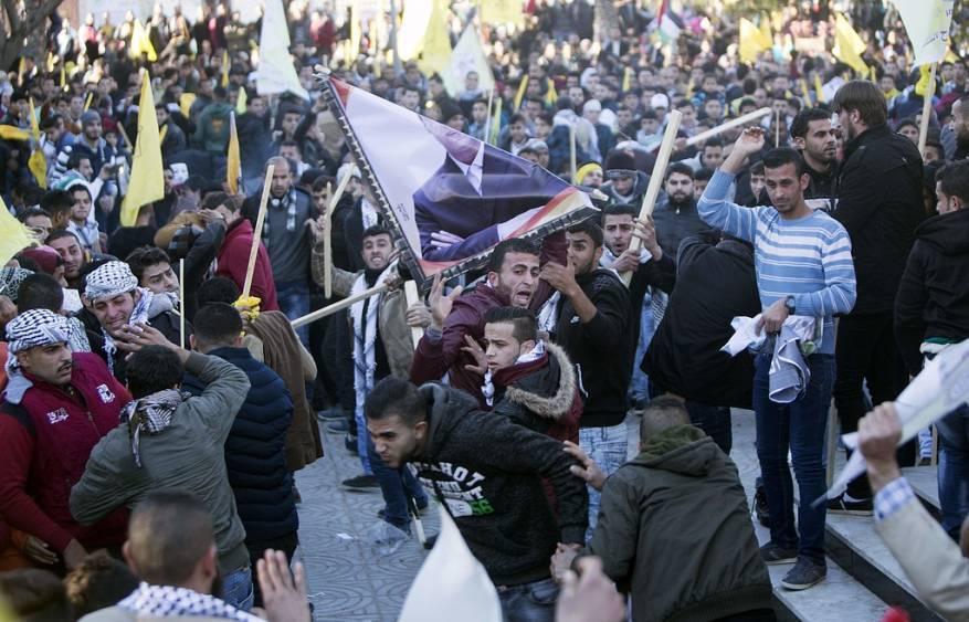 مشاجرة بين أنصار دحلان وعباس في جامعة القدس المفتوحة بغزة