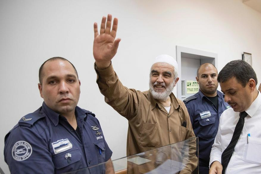 الاحتلال يطلب تمديد الحبس الانفرادي للشيخ رائد صلاح 6 أشهر