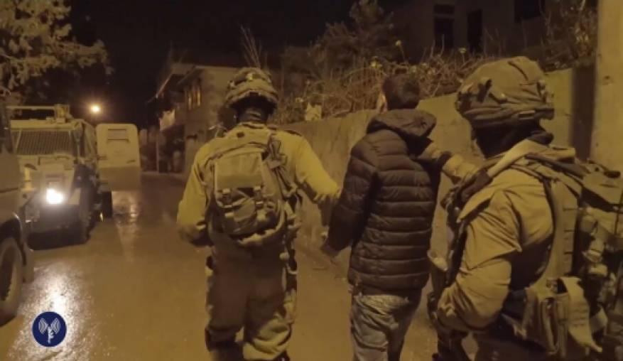الاحتلال يعتقل 8 مواطنين بينهم قيادي في حماس بحملة مداهمات واسعة بالضفة