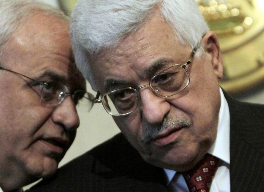 """بعد كشف عريقات عن الرئيس الحقيقي للسلطة.. """"هل عباس أراكوز يتظاهر بالرئاسة؟"""""""