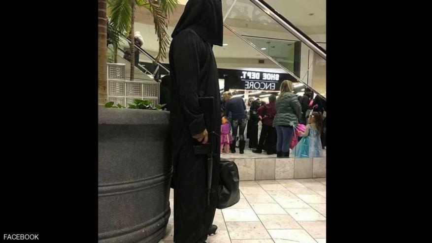 """رجل يتنكر بزي """"داعش"""" في مجمع تجاري بأمريكا.. ما السبب؟"""