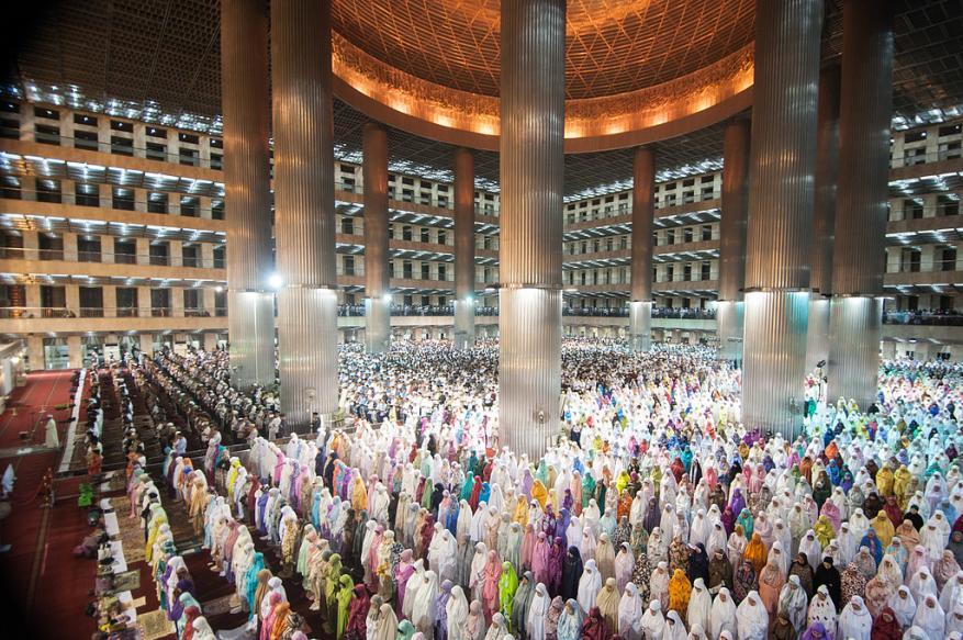مسلمو الصين يؤدون أول صلاة التراويح