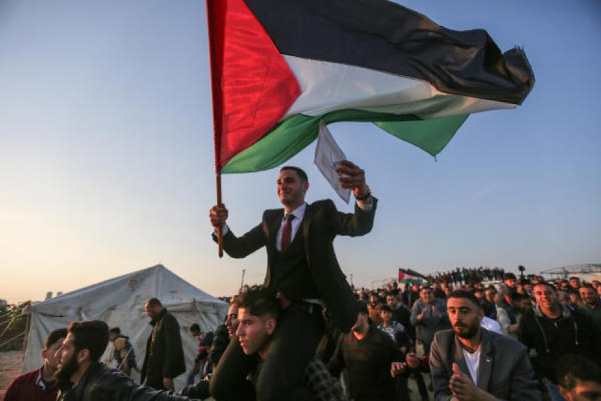عريس يقيم حفل زفافه بمخيم العودة على حدود شرق غزة
