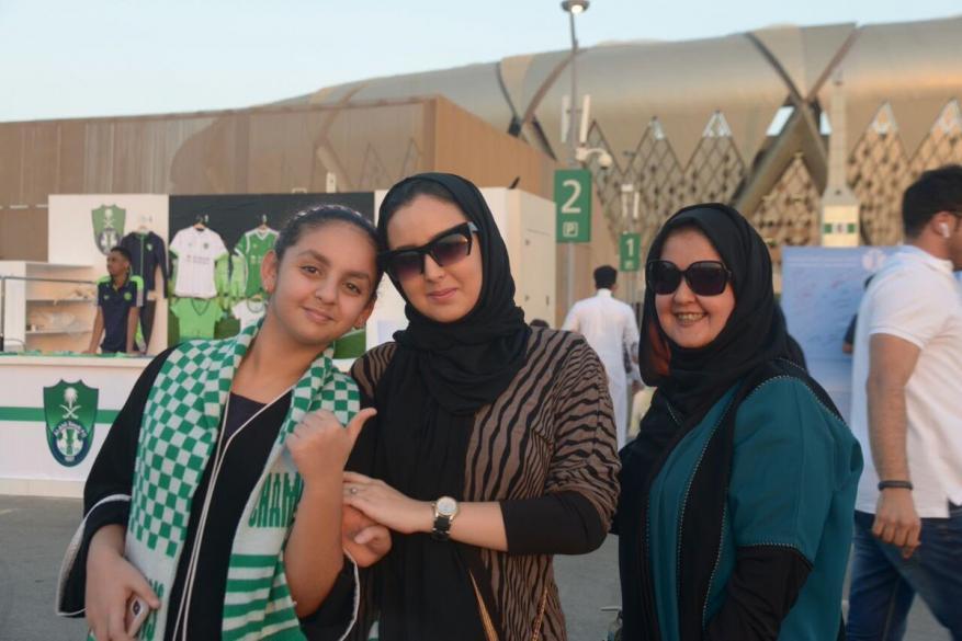 أول حضور نسائي في ملاعب كرة القدم في السعودية