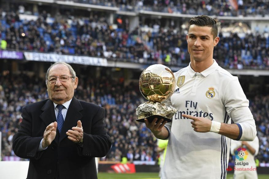 """رونالدو يحتفل بالكرة الذهبية في """"البرنابيو"""""""