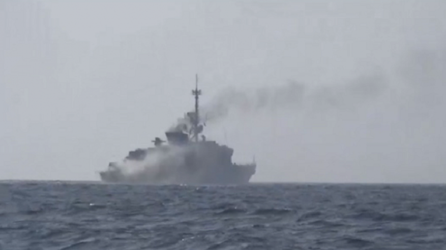 الحوثيون يستهدفون سفينة للتحالف في ميناء المخا