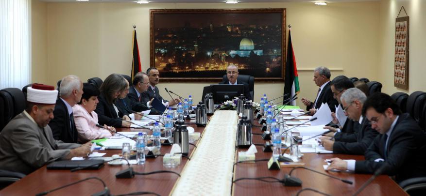 حكومة الحمدالله تتجاهل رواتب موظفي غزة وتصادق على قانون الجرائم الالكترونية