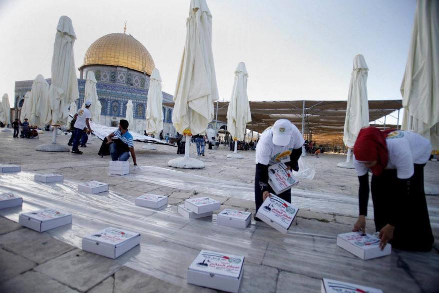 الفلسطينيون في المسجد الأقصى يرفضون وجبات إفطار مقدمة من الإمارات
