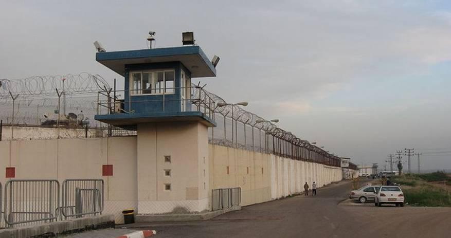 """صحيفة فرنسية تصف الاعتقال الإداري بـ""""غوانتانامو الإسرائيلي"""""""