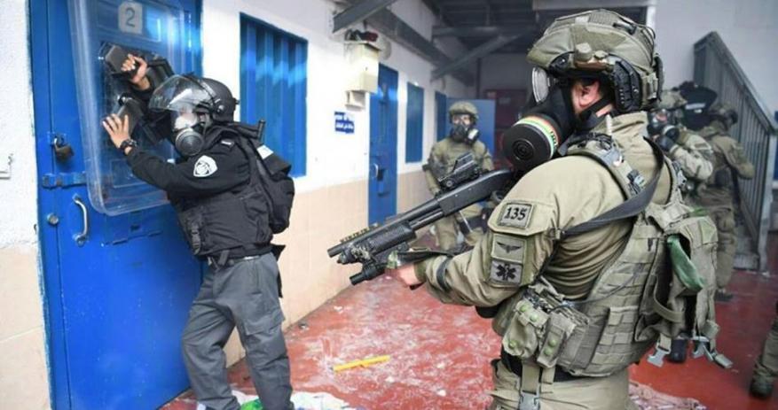 Palestinian prisoner attacks Ramon jailer with hot water