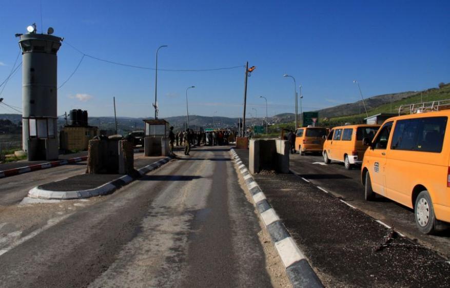 الاحتلال يغلق حاجز بيت اكسا ويحتجز 3 حافلات بركابها