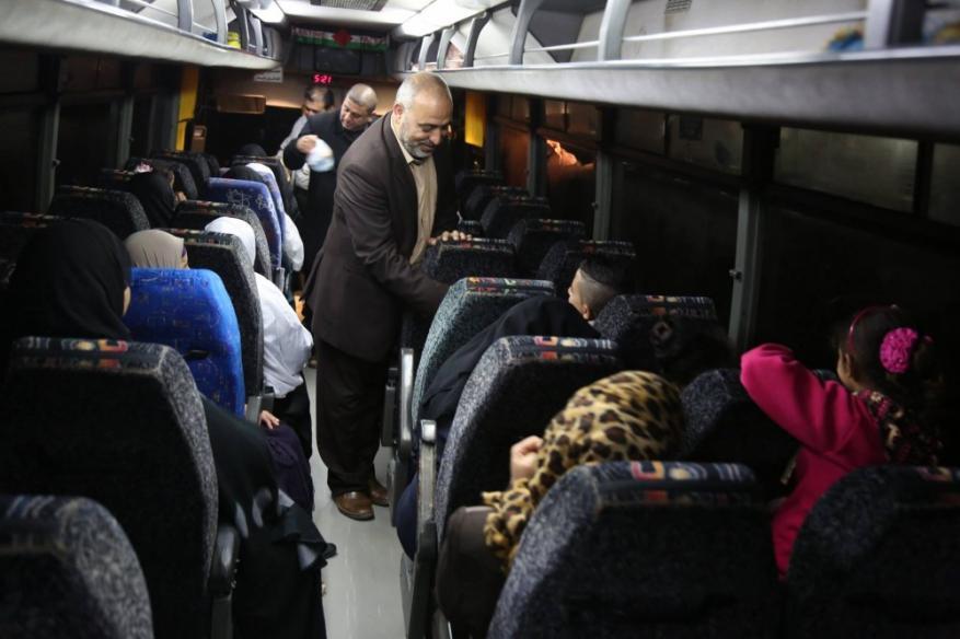 """52 من أهالي أسرى غزة يزورون أبنائهم في """"نفحة"""""""