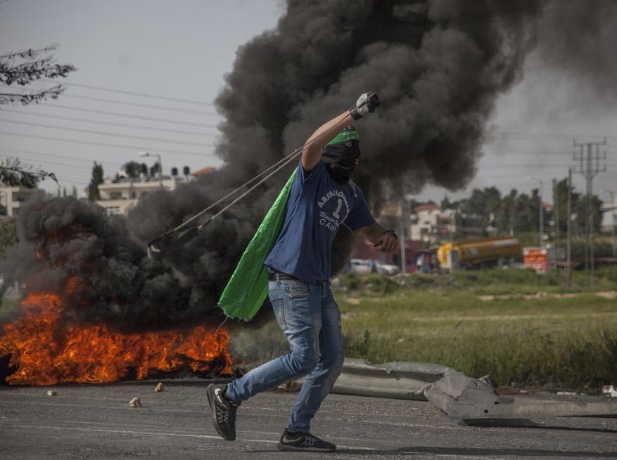 الاحتلال يقمع مسيرة جماهيرية بذكرى يوم الأسير على المدخل الشمالي للبيرة