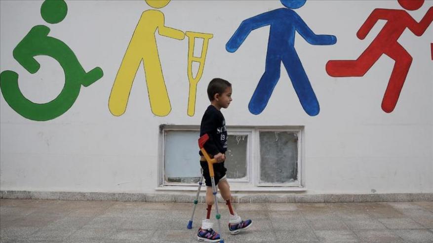 فقد ساقيه بغارة للنظام .. طفل سوري يتوق لكرة القدم من تركيا
