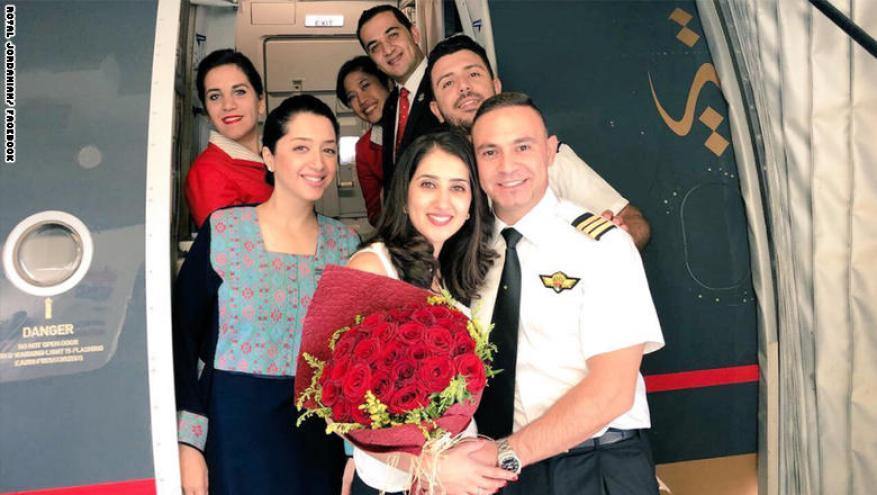 طيّار أردني يطلب يد فتاة خلال رحلة جوية.. هكذا فاجئها