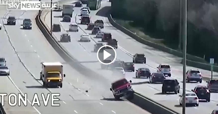 """شاهد: على طريقة أفلام الحركة.. سيارة """"تحطم"""" ما يصادفها بطريق عام"""