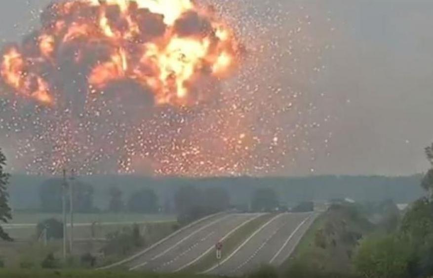 انفجارات مرعبة بمخزن أسلحة في أوكرانيا وإجلاء الآلاف