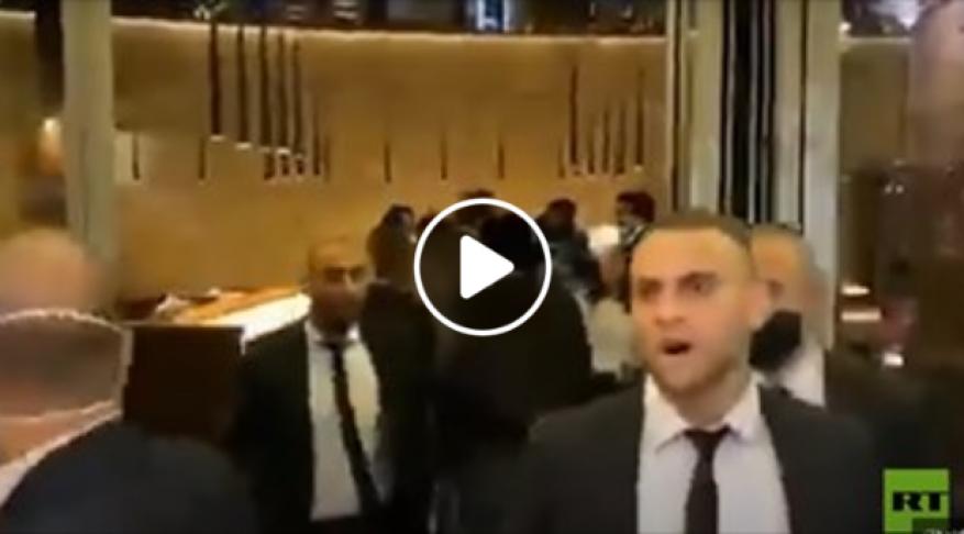 متظاهرون يقتحمون مطعما بداخله وفد وزاري لبناني وعراقي