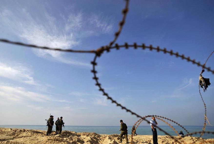 """الاحتلال يغلق شاطئ """"زيكيم"""" ويحظر التنزه في المواقع القريبة من غزة"""