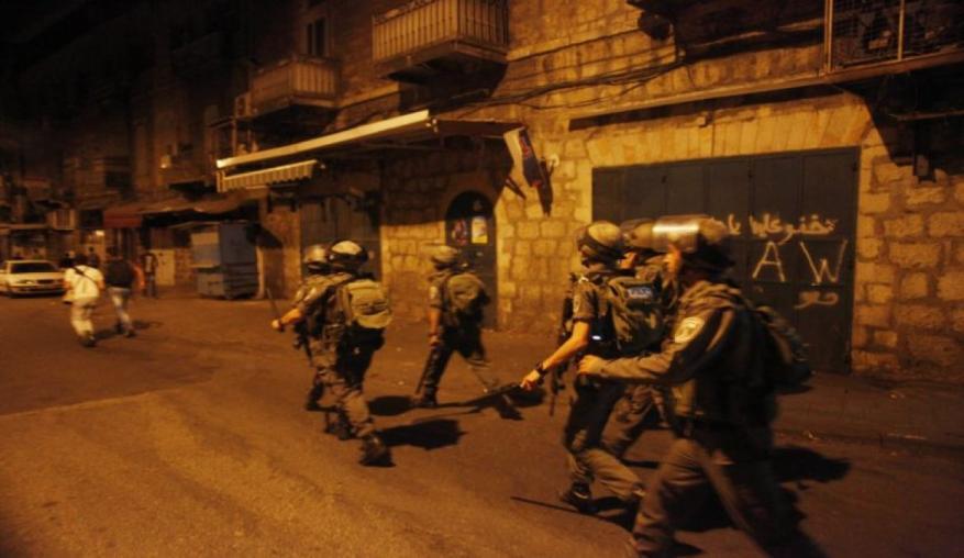 الاحتلال يعتقل مواطنين ويفتش منازل بالخليل