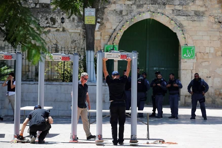 المقدسيون يواصلون رفضهم لدخول الأقصى عبر البوابات الالكترونية