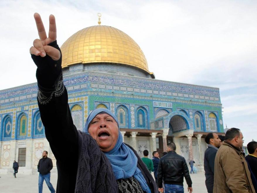 لرفعها العلم الفلسطيني بالقدس.. الاحتلال يُقرر إبعاد مُسنة عن الأقصى 15 يوماً
