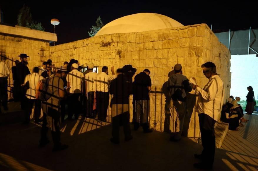 """مئات المستوطنين يقتحمون """"قبر يوسف"""" بنابلس"""