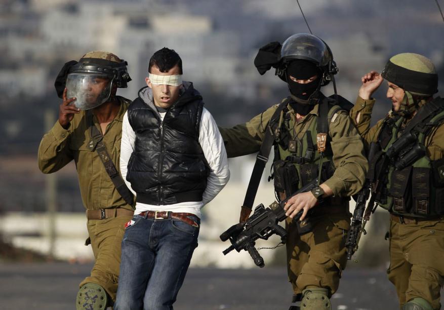 الاحتلال يعتقل 5 مواطنين من عائلة واحدة ويستولي على مبالغ مالية بطولكرم