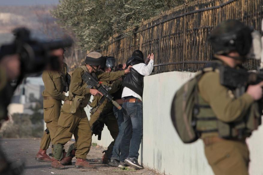 الاحتلال يعتقل 24 مواطنا خلال مداهمات واسعة في الضفة