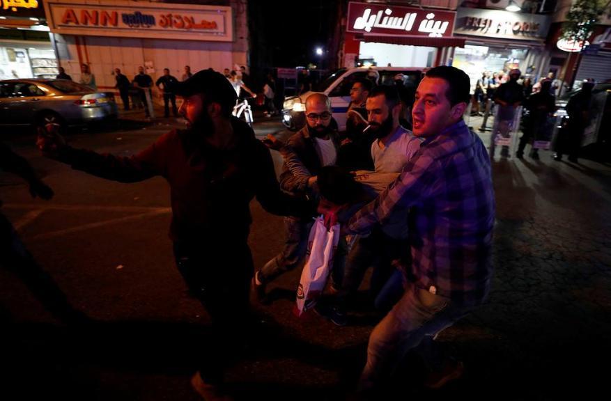 """السلطة تقمع مسيرة في رام الله تُنادي برفع """"عقوبات غزة"""""""
