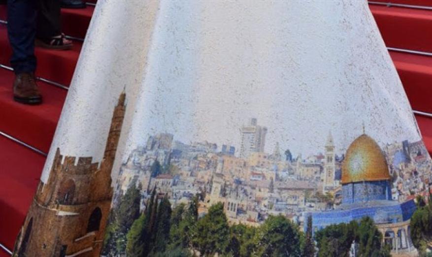 في مشهد مستفز.. وزيرة إسرائيلية ترتدي ثوباً يحمل صورة القدس
