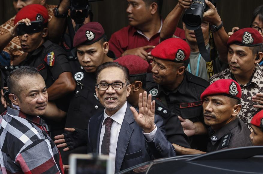 الملك الماليزي يصدر عفواً عن المعارض أنور إبراهيم