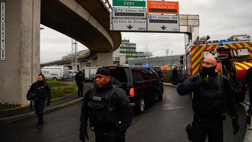 مقتل شخص حاول سحب سلاح شرطي فرنسي بمطار في باريس