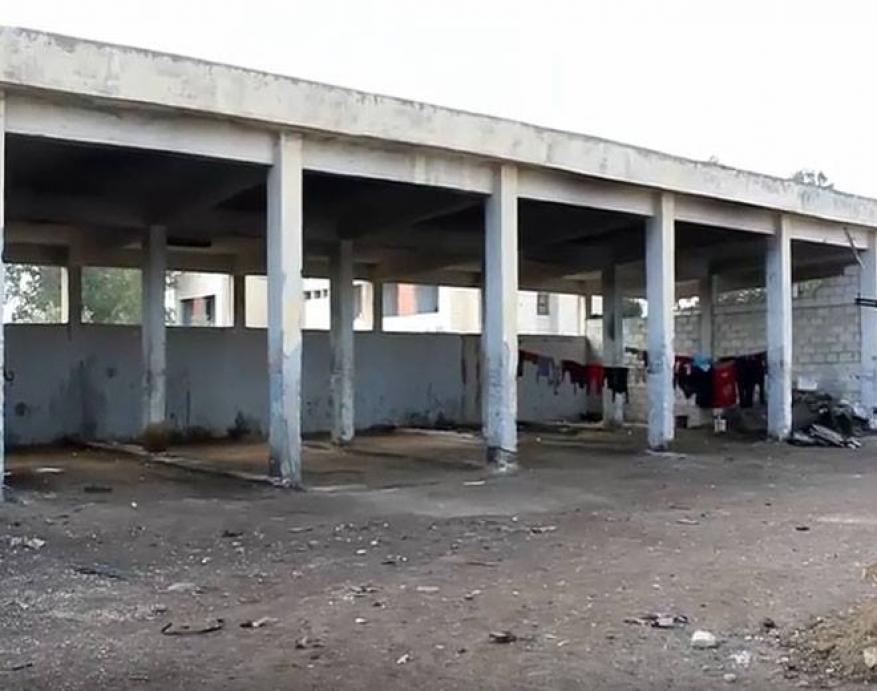 درعا: الحرب والفقر يدفعان عائلات فلسطينية لاتخاذ مزارع الأبقار مأوى لها