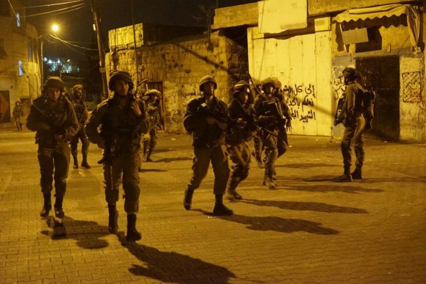 قوات الاحتلال تعتقل 8 مواطنين بحملة مداهمات واسعة بالضفة
