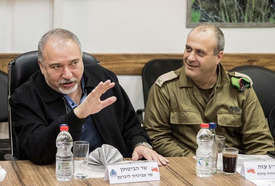 ليبرمان يشيد بحماية الشرطة الفلسطينية لجنوده: التنسيق الأمني عميق جداً في الضفة